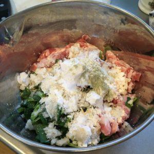 粉類を肉と野菜にまぶす