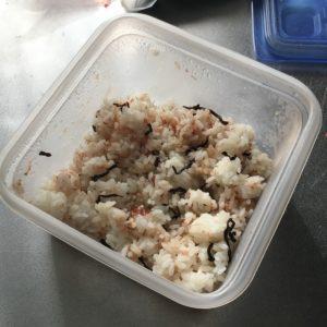 ご飯にかつぶしと昆布をまぜたところ